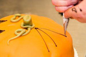 Konditori Valhall - Dagliga arbetet - Halloweentårta